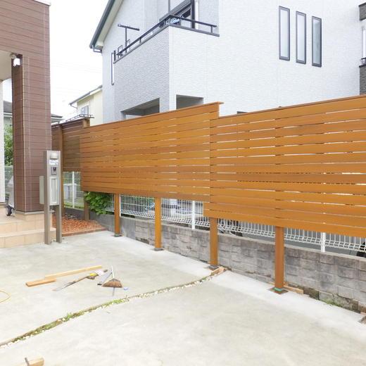 目隠し用フェンスも天然木で